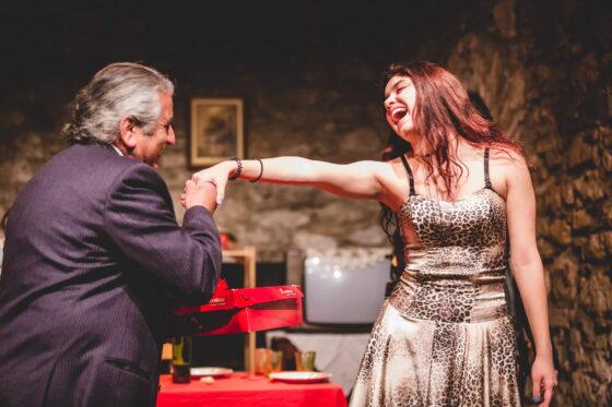 (ΦΩΤΟ)-ΠΑΤΡΑ: Η σουρεάλ κωμωδία «La Nona» από Ρεφενέ στο Super B – Σήμερα, την Κυριακή και στις 28 Μαΐου